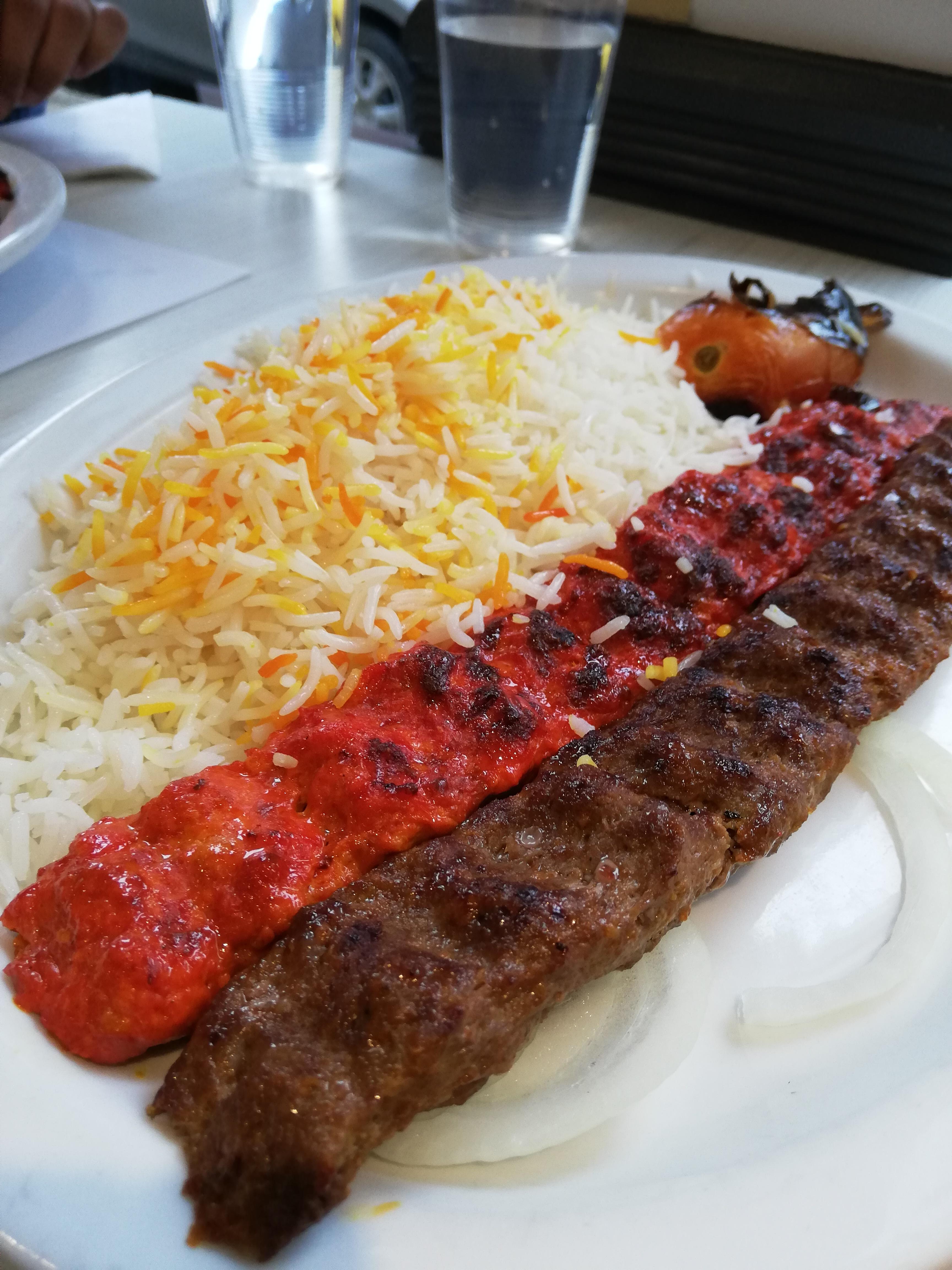 restaurants chateau kabab - riz saffrané et brochettes de poulet et viande