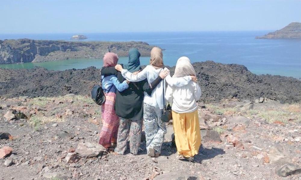 3 hijabis admirant la vue depuis le volcan à Santorin