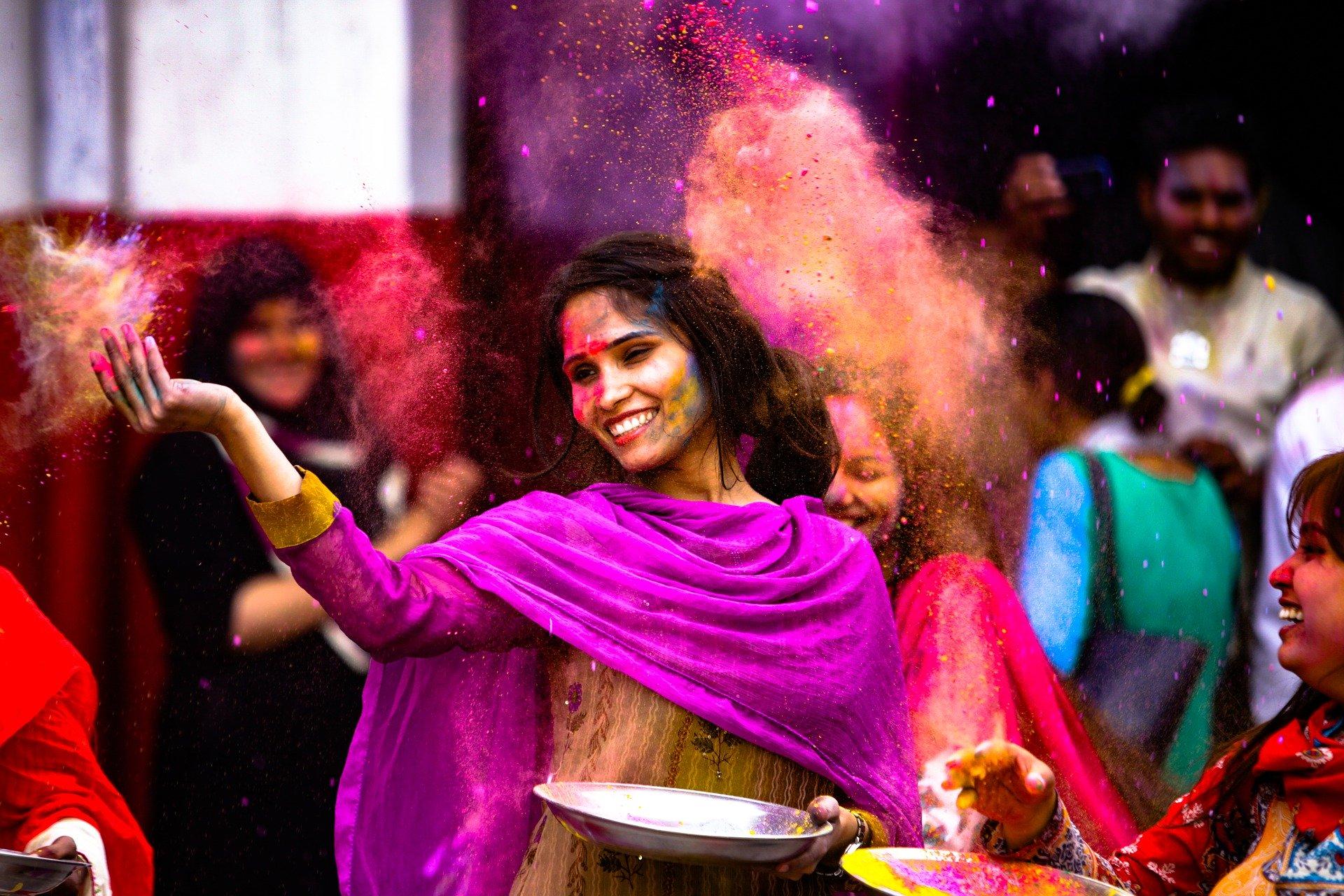 voyager plus en étant indienne - image d'une jeune fille indienne pendant le Holi