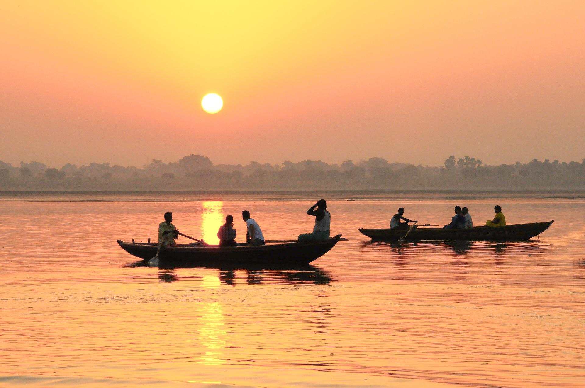 voyager plus en faisant face aux traditions culturelles - coucher de soleil en inde