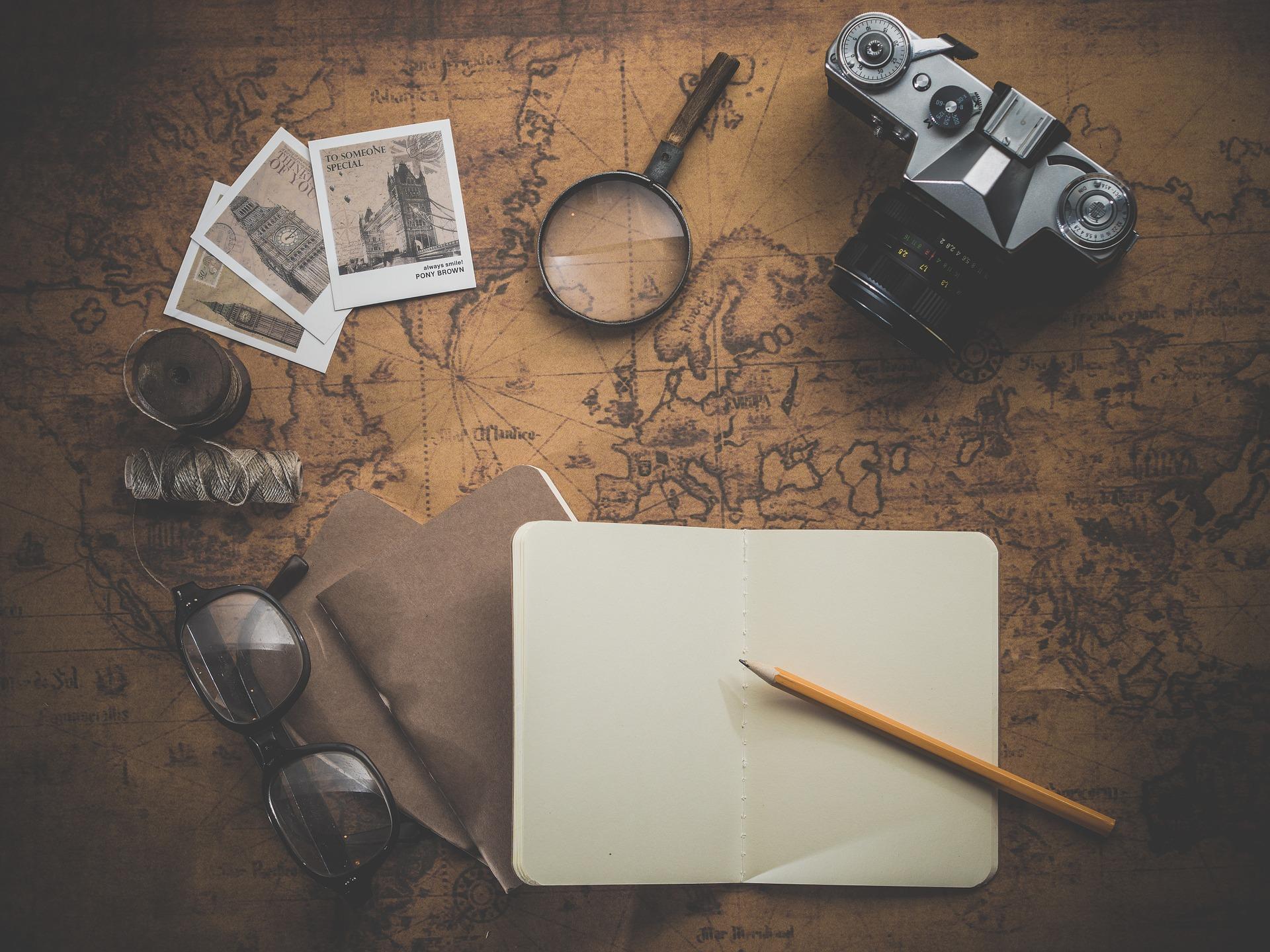 voyager plus souvent - flatlay d'outils de voyage