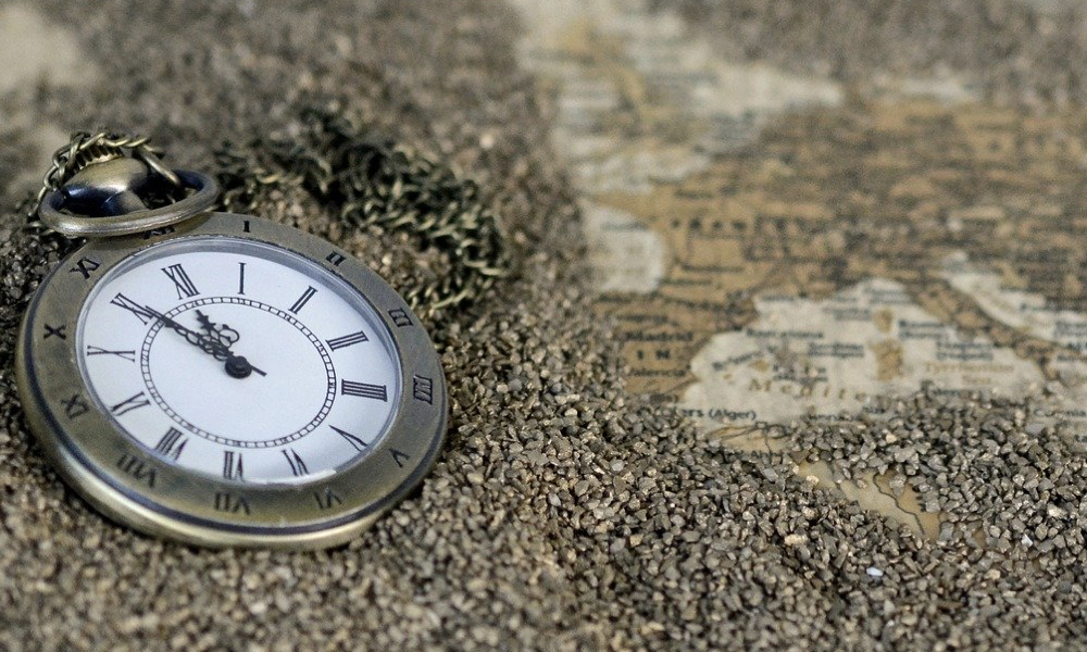 Voyager plus souvent - montre de poche et carte du monde